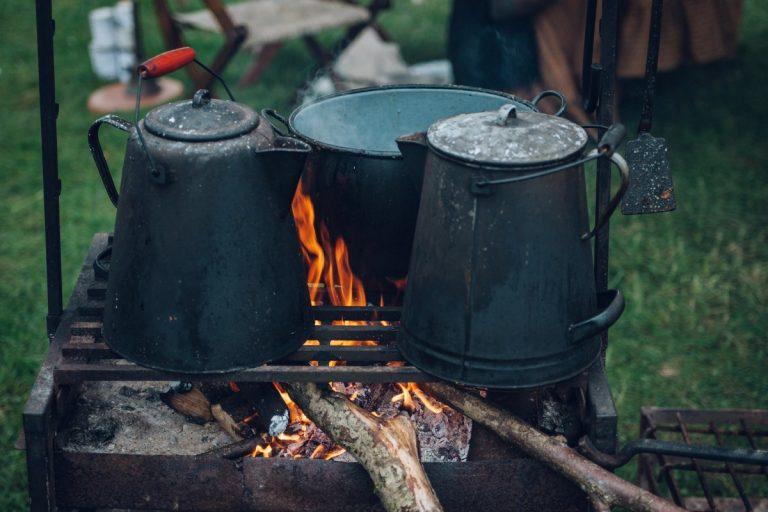 Das Anzünden eines Lagerfeuers ist kein Hexenwerk, aber darauf ein Mehr-Gänge-Menü zu zaubern ist schon eine andere Nummer. Dabei kann auch das ganz einfach sein - wenn man weiß, wie es richtig funktioniert.
