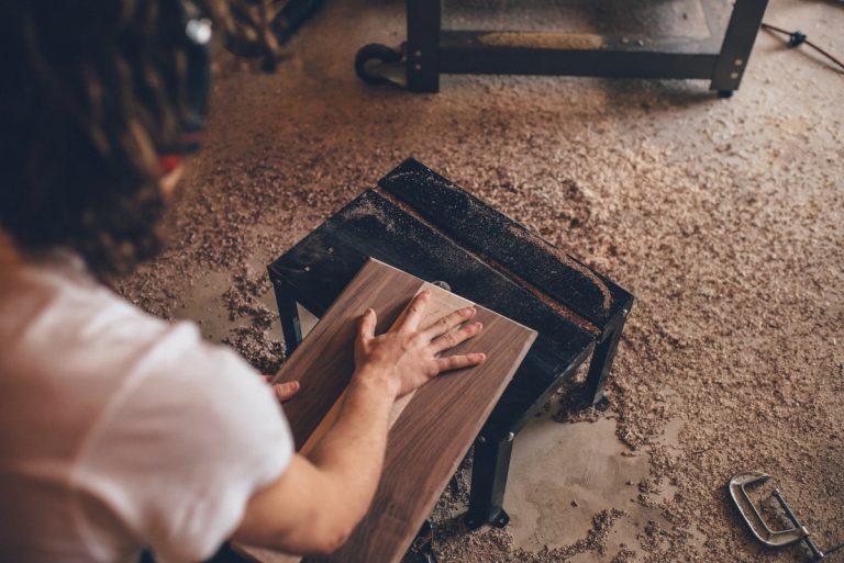 Auf der Werkbank wird geschnitten, geschliffen und mit dem Brandeisen gearbeitet - et voila: DIY-Holzschneidebrett mit Initialen.